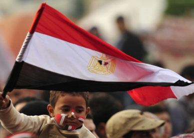 صور طفل يحمل العلم المصري في ميدان التحرير -عالم الصور