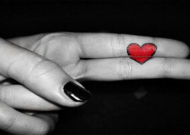 بالصور قلب حب رومانسي احمر مرسوم على اصابع اليد -عالم الصور