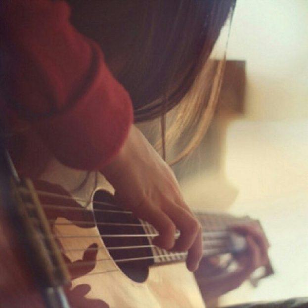 صور بنات حزينة تعزف على الجيتار - عالم الصور