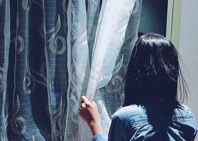 صور بنات على نافذة الأمل - عالم الصور